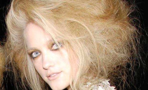 cómo evitar el frizz en el pelo - belleza y alma