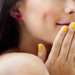 ¿Por qué el esmalte me deja las uñas amarillas?