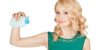 Mujer con producto para aclarar su cabello