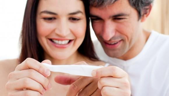 Pareja con test de embarazo