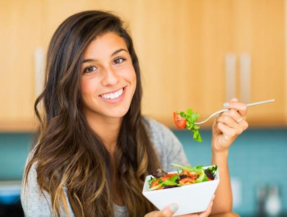 mujer comiendo sano para evitar hipertensión