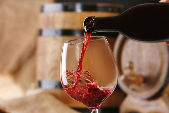 Botella de vino servido en copa
