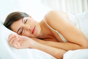 Estudio revela que las mujeres necesitan dormir más que los hombres debido a la complejidad de su cerebro