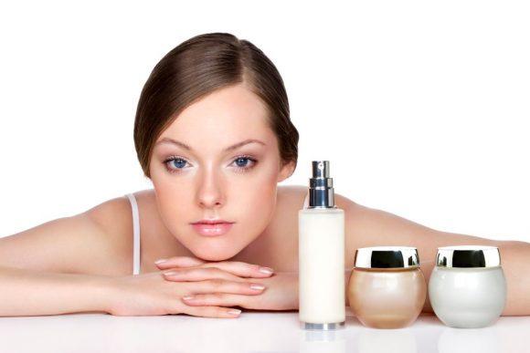 Mujer utiliza cremas y perfumes, tips para oler delicioso