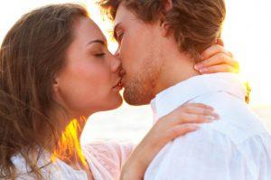 La verdadera razón de por qué mordemos al besar