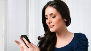 ¿Revisas el teléfono de tu pareja sin su permiso?