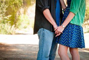 Razones por las que una mujer difícil tiene a un hombre a sus pies