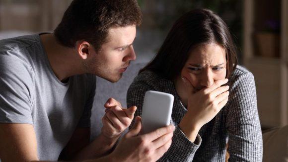 En el peor de los casos, los celos pueden manifestarse en un comportamiento controlador y desconfiado, e incluso en el abuso físico o emocional.
